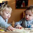 Kinder spielen mit Puzzle
